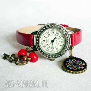 zegarek z mandalą modny damski na pasku skórzanym zawieszką, mandala