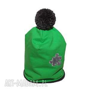 ręcznie robione ubranka czapka zielona z szarym pomponem i puzlem