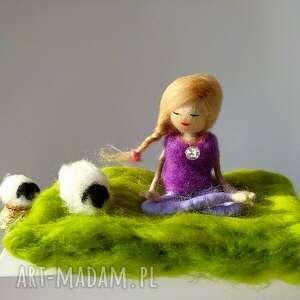 yoga-medytacja yoginka felicja z kryształem górskim kolekcja