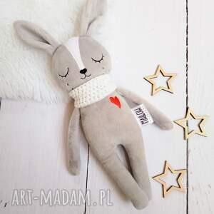 ręcznie wykonane maskotki pluszowy szary króliczek śpioszek z białymi