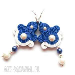 kobaltowe morskie kolczyki sutasz z bielą, perełki, filc, sutasz, soutache