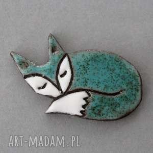 ręczne wykonanie broszki lisek-broszka ceramiczna