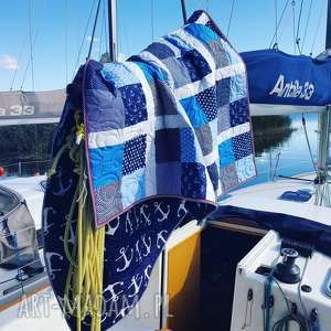 Marynistyczna narzuta pikowana w kotwice do pokoju marynarza
