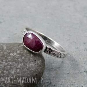 pierścionek z rubinem w poziomie, surowy, młotkowany, industrialny, poziomy