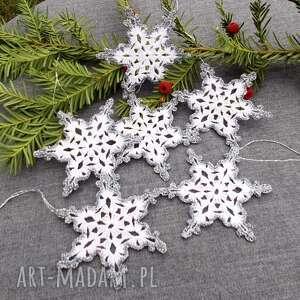 dekoracje świąteczne biało srebrne gwiazdki, święta, ozdoby świąteczne, szydełko