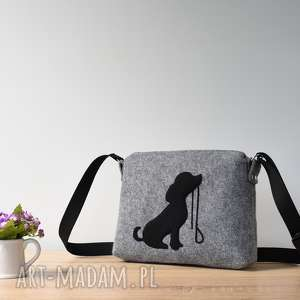 Mała szara filcowa torebka z pieskiem ze smyczą, pies, piesek, mała, listonoszka