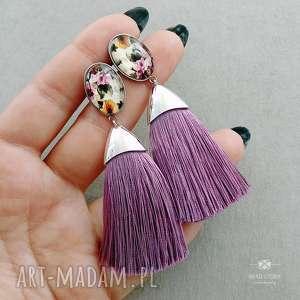 Kolczyki z wzorzystym oczkiem i wrzosowym chwościkiem, sztyfty, stal, szkło, frędzel