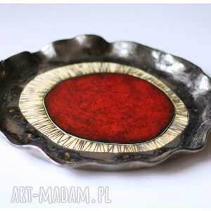 Okrągła patera z czerwonym okiem, ceramika,
