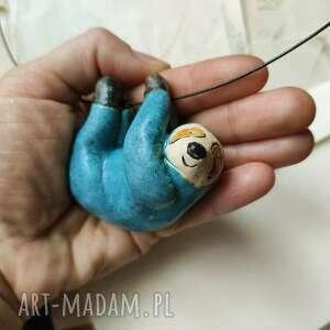pod choinkę prezenty, wisior leniwiec niebieski, ceramika, wisior