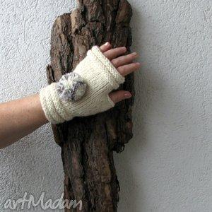 pom pon - białe - rękawiczki, mitenki, pompony, dodatek, trend