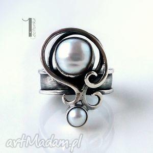 Prezent Lucanus I - srebrny pierścionek z perłami, metaloplastka, srebro, perły, ślub