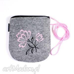 Wyszywana filcowa torebka - pinkflowers na ramię rekaproduction