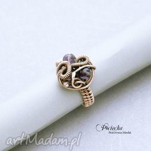 chaos - pierścionek pleciony z miedzi, pierścionek, miedź, fioletowy, wirewrapping