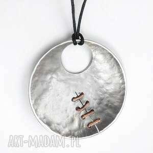 wisior z aluminium i miedzi, aluminium miedź, szycie design, prezent