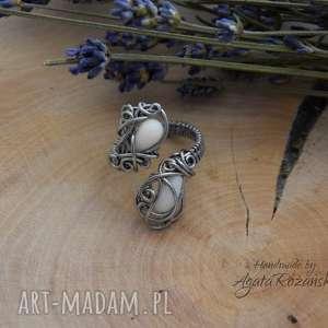 Pierścionek regulowany z koralem białym, wire wrapping, pierścionek,