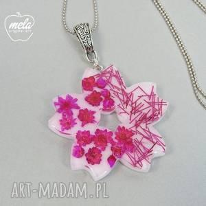 handmade wisiorki 0558/mela - śliczny wisiorek z żywicy kwiat
