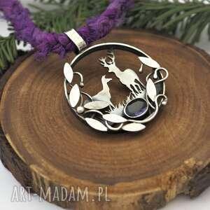 srebrny wisior w ciszy lasu, las, natura, sarenki, jeleń, fiolet, medalion