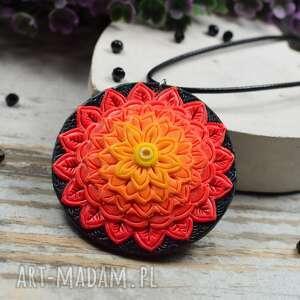 wisiorek mandala w odcieniach czerwieni i pomarańczy, kolorowy