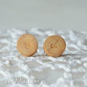 minimalistyczne i naturalne drewniane kolczyki w formie sztyftów