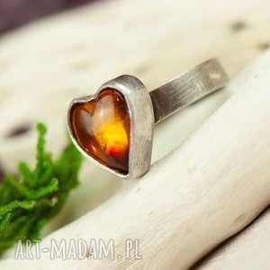 pierścionek srebrny z bursztynowym sercem a708, srebry, bursztynem