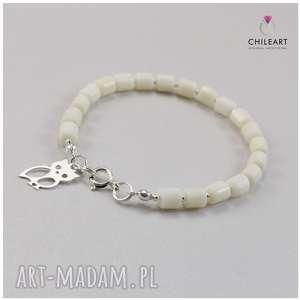 handmade biały koral i srebro - bransoletka z sówką 2874