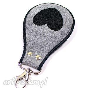 breloki brelok czarne serce, brelok, haft, filc, walentynki, wyszywany, pod