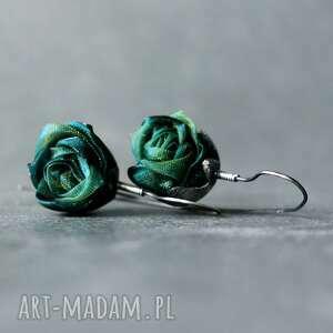 srebrne kolczyki wiszące różyczki zielone, z różą tkaniny