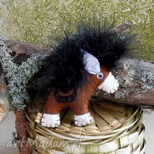 Konik - broszka z filcu, filc, koń, kucyk, broszka, pióra, siodło