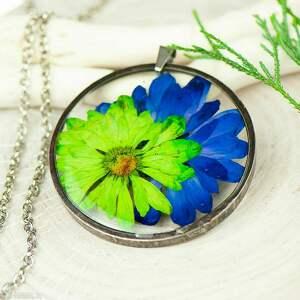 naszyjnik z kwiatów w cynowej ramce z387, biżuteria żywicy, kwiaty żywicy