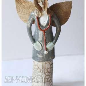 Anioł lekarka z pomarańczowym stetoskopem, ceramika, anioł, lakarka