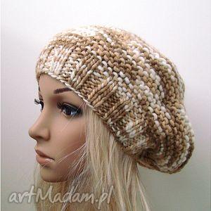 handmade czapki bereto-czapka beżowa z ozdobnym guzikiem