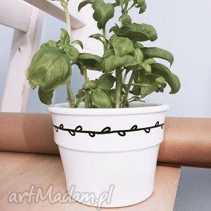 ręczne wykonanie dekoracje doniczka z wiankiem minimalistyczna