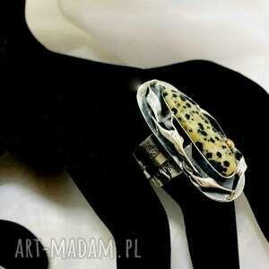 srebrny pierścionek z kamieniem jaspis dalmatyńczyk regulowany ozdobną obrączka
