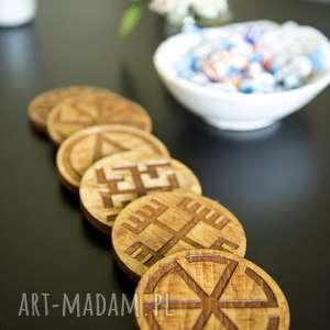 ręcznie zrobione dekoracje drewniane podstawki z motywem słowiańskim