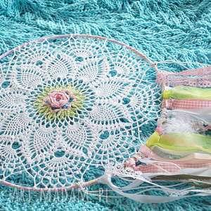 różowo-zielony łapacz snów, łapaczsnów, serwetka, pióra, szydełko dekoracje