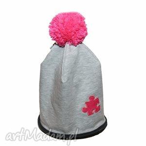 ręcznie zrobione ubranka czapka szara z pomponem różowy puzel