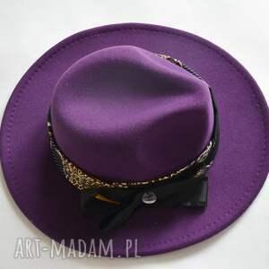 fioletowa fedora, kapelusz, fiolet, żółty