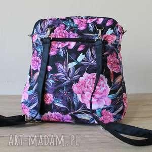 hand-made plecak torba listonoszka - piwonie na czarnym tle