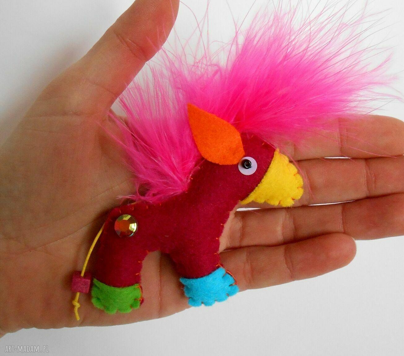 hand made pomysł na prezent konik - broszka z filcu