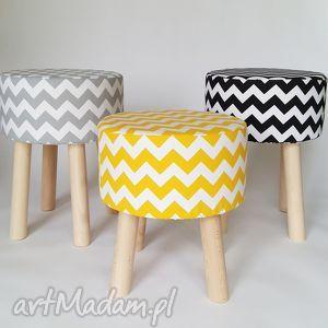 Stołek Fjerne S żółty zygzak, stołek, siedzisko, puf, drewno, minimalizm, taboret