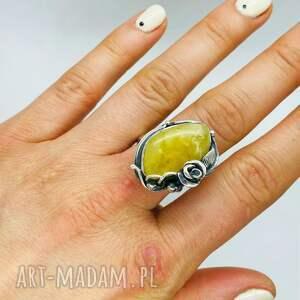 srebrny pierścionek z mlecznym bursztynem