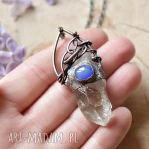 Naszyjnik z kryształem górskim w surowej formie naszyjniki