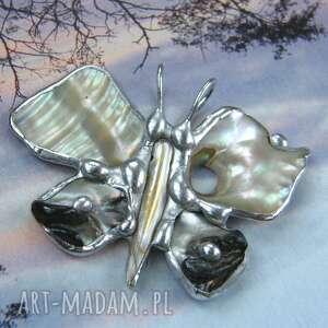 wisiorek motyl z muszlą abalone, motyl, masa perłowa, tęczowa muszla