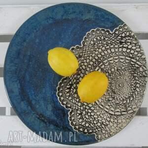 pomysły na prezenty święta granatowa patera z koronką, talerz, ceramiczny