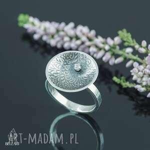 srebrny pierścionek z cyrkonią i orientalnym wzorem, orientalne wzory