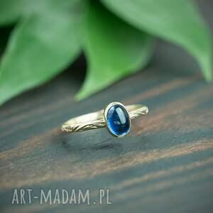 złoty pierścionek z kyanitem i zdobioną obrączką, niebieskim