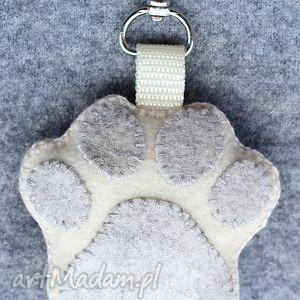 oryginalny prezent, lalalajshop brelok psia łapka, brelok, zawieszka, filc, pies