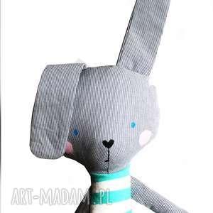 ręcznie zrobione maskotki królik kieszonkowy, w tiszerku mietowe paski