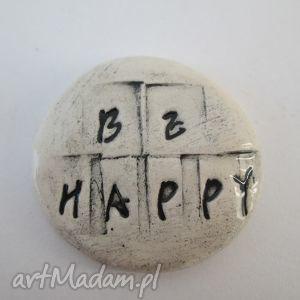broszka be happy, ceramiczna, broszka, pozytywna