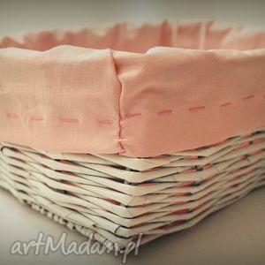 duży biały koszyk z wikliny papierowej, koszyk, wiklina, papierowa, materiał, różowy